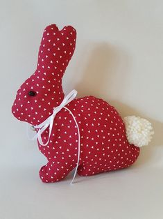 Der Hase ist ein toller Bestandteil jeder Osterdekoration und schmückt jeden ge… The rabbit is a great part of any Easter decoration and decorates every Easter table. With their silk bow with bells and their sweet puffle, they also look very nice on … Bunny Crafts, Felt Crafts, Easter Crafts, Crafts To Make, Fabric Crafts, Christmas Crafts, Crafts For Kids, Easter Decor, Sewing Stuffed Animals