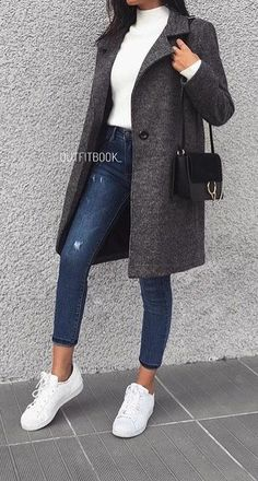 #spring #outfits woman wearing space-dye black coat and blue-washed jeans. Pic by @woman__streetstyles