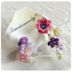Like for the different flowers demonstrated and the delicacy Knit Or Crochet, Crochet Motif, Irish Crochet, Crochet Crafts, Yarn Crafts, Crochet Projects, Knitted Flowers, Crochet Flower Patterns, Crochet Accessories