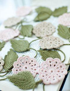 FABRIQUÉ SUR COMMANDE    Crochet guirlande faite de fil de coton 100 %.    Cette guirlande est de 220 cm de long, avec 5 fleurs rose pâle, 4 fleurs