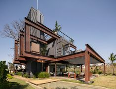 This question starts the search, what if we build a house that can be moved from one place to another, with recyclable materials and low carbon footprint? A SUSTAINABLE house. Container Home Designs, Storage Container Homes, Shipping Container Homes, Shipping Containers, Container Buildings, Container Architecture, Steel Building Homes, Building A House, Alpine Modern