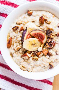 Owsianka na wodzie z jogurtem i bananami, w dodatku: orzechy, migdały i figi