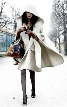 Take a look at the best winter Cape in the photos below and get ideas for your outfits! 23 Winter Fashion Trends- I want a cape exactly like that. Winter Cape, Winter White, Snow White, Italian Street Style, Looks Style, Style Me, Classy Style, Casual Mode, Street Style Outfits