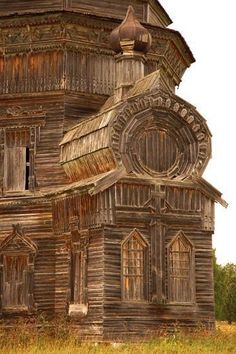Just one of many abandoned Russian villages, scattered across huge Russia. People simply leave for cities where they can earn more, and thousands of Russian wooden architecture masterpieces, sometimes more than 200 years old, are abandoned. Abandoned Buildings, Abandoned Mansions, Old Buildings, Abandoned Places, Wooden Architecture, Beautiful Architecture, Beautiful Buildings, Beautiful Places, Installation Architecture