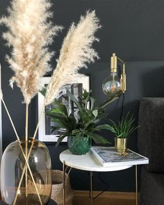 Every detail is just right in this beautiful living room. A unique lamp, a trendy black wall color, great plants and the stylish marble side table Margot ensure an opulent look! Black Painted Walls, Black Walls, Decoration Bedroom, Decoration Table, Unique Lamps, Beautiful Living Rooms, Home And Deco, Home Accents, Home Furnishings