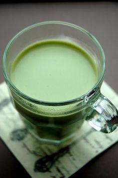 Green tea latte - 250 g milk - 5 g green tea powder - 20 g condensed milk - 5 g honey - 1 g ground cardamom Preparation: Bring milk and green tea powder to a boil, whisk constantly. Whisk in condensed milk, honey and cardamom. Mix well and enjoy. Yummy Drinks, Healthy Drinks, Great Recipes, Favorite Recipes, Green Tea Latte, Green Tea Powder, Tea Art, Time To Eat, Matcha Green Tea