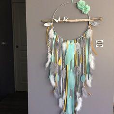 Attrape-rêves en bois flotté, origami, plumes et perles bois coloris mint, moutarde, gris et blanc - grande dimension