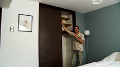 Un problema muy común en los clóset es la puerta que no cierra o se traba. Sobre todo las que son de corredera y no tienen un buen riel que soporte el peso de la puerta, se descuadran fácilmente, por lo que al final es un problema el abrir y cerrar el clóset. Himitsu Bako, Mirror, Diy, Closets, Ideas Para, Furniture, Home Decor, How To Make, Cupboard Design For Bedroom