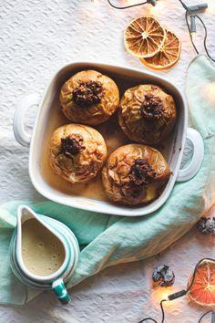 Die veganen Bratäpfel mit Vanillesauce sind das ideale und gesunde Dessert für kalte Wintertage! Winter Desserts, Vanilla Sauce, Berry, Baked Apples, Foodblogger, Muffin, Baking, Breakfast, Healthy