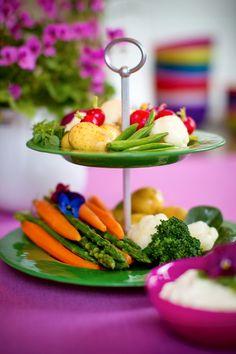 Green 2-levelcakeplate with spring vegetables. Vårgrönt 2-etagfat! #jellybeansweden, http://www.jellybean.se/produkter/etagefat/2-etagefat/2-level-cakeplate-dark-green.html