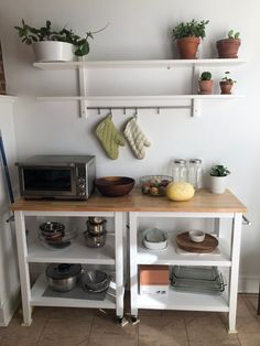 Zoom on kitchen trends 2019 - Home Fashion Trend Studio Apartment Kitchen, Studio Kitchen, Kitchen Cart, Kitchen Storage Hacks, Kitchen Hacks, Diy Kitchen Shelves, Kitchen Ideas, Diy Kitchen Decor, Kitchen Trends
