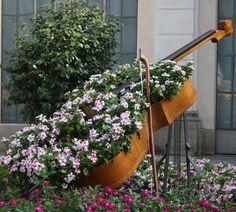 Violon en fleurs, à faire avec une guitare blanche!