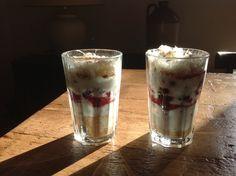 Magere yoghurt, verkruimelde volkoren koekjes, ontdooid diepvriesfruit en cotton candy (vergelijkbaar met suikerspin) met speculaaskruiden erover. Enkel een foto ter inspiratie.
