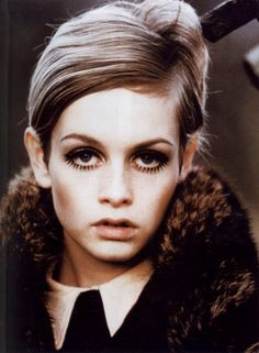 With her short-cropped hairstyle, neat side-part, and long, dark lashes, Twiggy was the face of Mod!
