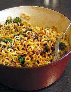What are you cooking for dinner tonight? Are you casting about for a quick and easy one-bowl meal? Try this one, or a variation on it - it's just pasta, meat, and greens.