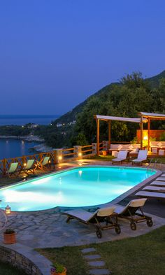 Griekse cocktails en lokale biertjes aan het zwembad van Agapitos Villas & Guesthouses op Pilion. #bluedivagal, bluedivadesigns.wordpress.com