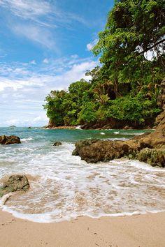 Es Manuel Antonio National Park. Está en Cantón de Aguirre, Puntarenas, Costa Rica. Se puede caminar en la playa.