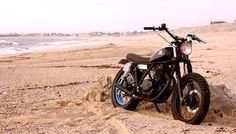 GO GO GO! Suzuki GN250 #StreetTracker by Trinta&Um Motorcycles Garage. A rodar por la playa con esta #Suzuki tan guapa. El toque azul y las costuras del asiento quedan de miedo | caferacerpasion.com