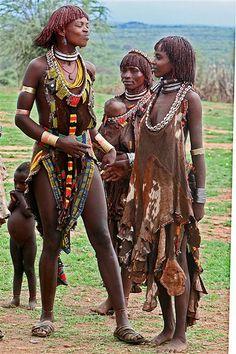 Ethiopia. Un cinturón de conchas para sujetar la cabeza del bebé.