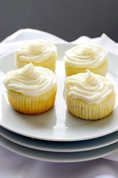 Cake-like Limoncello cupcakes topped with cream cheese frosting infused with more Limoncello. Source: Limoncello Cupcakes with Limoncello Frosting – Homemade Hooplah Related Lemon Desserts, Lemon Recipes, Baking Recipes, Delicious Desserts, Pastry Recipes, Mini Desserts, Sweet Desserts, Kitchen Recipes, Plated Desserts