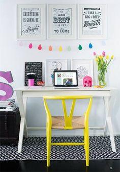 Angolo studio con scrivania bianca e sedia gialla. #rifarecasa #maistatocosifacile grazie a #designbox & #designcard #idfsrl
