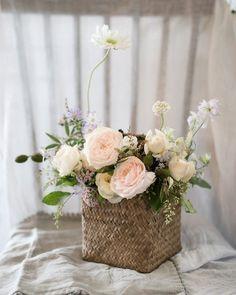 아침 시작 :) 꽃모닝 ~ #handtied #모나플로스 #monaflos #남양주꽃집 #남양주플라워레슨 #플라워클래스 #핸드타이드 #꽃다발포장법 #florist #마석꽃집 #화도읍꽃집 #꽃다발 #남양주예쁜꽃집 #원데이클래스 #햇박스 #한송이포장… Bunch Of Flowers, Faux Flowers, Dried Flowers, Flower Cafe, Flower Room, Flower Basket, Flower Boxes, Flower Decorations, Wedding Decorations