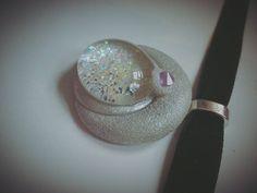 Enges schwarzes Samthalsband mit silbernem Mondanhänger.  Der Anhänger besteht aus hellem Fimo, das mit einer rauen Struktur versehen und mit Silberpuder bestäubt wurde! Der Stein ist ein weißer...