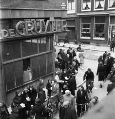 1940 - 1945. Black market traders offer their wares on the street in Amsterdam. Photo © Cas Oorthuys/Nederlands Fotomuseum #amsterdam #worldwar2