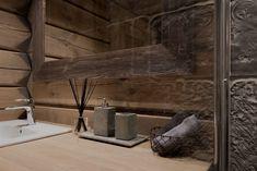 """Kort fortalt: - 4 soverom - 2 bad - Åpent i stue som er gjennomgående til 2. etasje. - Massiv laftskonstruksjon med håndlaftede 8 tommers tykke stokker. - Eksklusiv designet massiv trapp med deler av rekkverket i glass. - Gulv i stue, kjøkken og soverom i første etasje har eksklusiv massiv enstavs eikeparkett, 250 / 190 mm bred (mix). - Alle møbler er """"skreddersydd"""" og produsert for prosjektet...."""