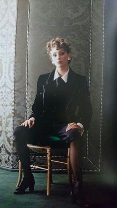 Ensemble veste et gilet en velours et satin noirs. Knickers en jersey de soie noir. Blouse de satin de soie blanc. Haute couture hiver 1993/94. Photo David Seidner.