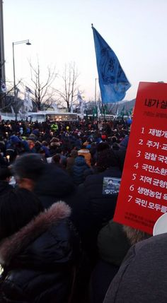 Extreme Rightists Threaten Death on Candlelight Protesters and the Constitutional Judges at the 17th Candlelit Protest  < 김광식 교수의 현장 르포> | 코리일보 | CoreeILBO