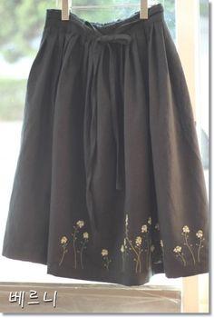 냉이꽃 자수~~ 검정색 린넨으로 고무줄 치마 만들어 냉이꽃을 ~~~