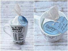 """""""Brownies in a cup"""" ist eine schnelle Geschenkidee - nicht nur zu Ostern. Zusätzlich gibt es noch eine DIY-Anleitung für gold-weiße Untersetzer!"""