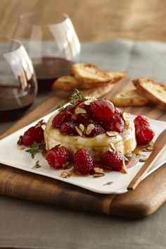 Raspberry Brie Recipe with Honey & Almonds. Wow your friends & family at any gathering with Driscoll's raspberry brie puff pastry recipe topped with almonds and honey. Brie Puff Pastry, Puff Pastry Recipes, Brie Au Four, Tapas, Honey Almonds, Toasted Almonds, Sliced Almonds, Honey Recipes, Appetizer Recipes