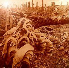 Déblaiement du terrain conquis - Au premier plan, protections et casques de soldats allemands