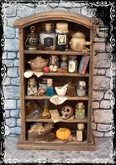 inserzione di Etsy su https://www.etsy.com/it/listing/154076619/witch-shelving-ooak-112-miniature-by