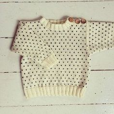 Svends Sweater from Strikkeopskrift Dansk #strikkeopskriftdansk #svendssweater #swissdot #kidsweater #buttons #pullover #knitting #nordicknits