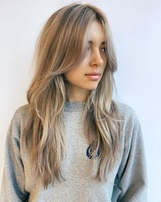 Time to upgrade your lengthy, ash blonde hair by wearing some textured layers with long bangs. The cut creates an instant but subtle movement. The curtain fringe will frame and emphasize your angelic face. Layered Haircuts With Bangs, Long Side Bangs, Hair Layers, Long Layered Bangs, Long Shaggy Haircuts, Long Hair With Bangs And Layers, Long Blonde Haircuts, Fringe With Long Hair, Long Layer Hair