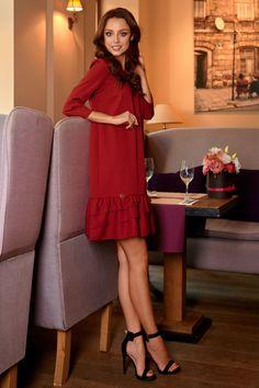 Descopera Rochii de toamna casual pentru orice silueta si stil. Vezi catalogul online și ofertele lunii. Simple Dresses, Formal Dresses, Red S, Fashion Addict, Paros, Cold Shoulder Dress, Street Style, Stylish