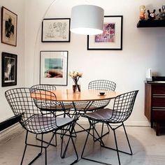 Sala de jantar pequena com boas soluções ❣  A mesa redonda e a luminária de piso deixaram tudo na medida certa   Autor desconhecido