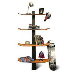 Bibliothèque avec des planches de skateboard
