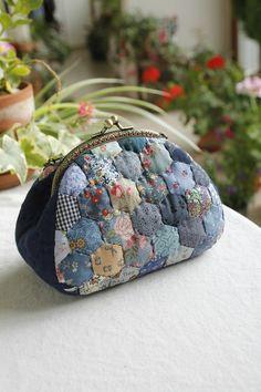 레드&블루가 좋아~~ 헥사곤 프레임파우치.. : 네이버 블로그 Hexagon Patchwork, Hexagon Quilt, Patchwork Bags, Quilted Bag, Quilted Purse Patterns, Bag Patterns To Sew, Coin Bag, Coin Purse Wallet, Yoko Saito