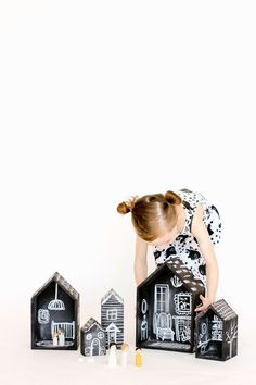 Creative Play for Kids - DIY Chalkboard Doll House tutorial Diy Tableau Noir, Karton Design, Diy For Kids, Crafts For Kids, Dollhouse Tutorials, Diy Chalkboard, Chalkboard Drawings, Chalkboard Lettering, Kids Wood
