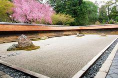 The Rock Garden at Ryoanji, Kyoto, Japan. Breathtaking Japanese garden in a small Buddhist temple complex Ryoanji, Garden Rake, Dry Garden, Asian Garden, Modern Garden Design, Garden Landscape Design, Permaculture, Desktop Zen Garden, Formal Gardens