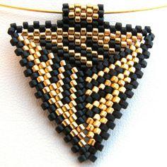 Colgante triángulo de Peyote oro y negro dramático por SandFibers