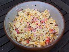 Nudelsalat fruchtig mit Paprika und Mandarinen: Die Nudeln in Salzwasser kochen. Währenddessen die Paprika und den gekochten Schinken in kleine Würfel schneiden. Anschließend die Paprikawürfel, die Schinkenwürfel, die Nudeln und die Mandarinen miteinander vermengen. Nun eine Sauce aus 5 EL Mayonnaise und 2 EL Sojasauce anrühren und den Nudelsalat damit abschmecken. Je nach Geschmack kann auch die grüne Paprika weggelassen werden, dann ist der Geschmack noch etwas fruchtiger. ...
