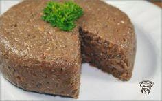 Cretons aux lentilles végétalien Ingrédients: 150g de lentilles brune, sèches 1 petit oignon, émincé finement 1 c. à thé d'huile d'olive 2 gousses d'ail, pelées et émincées finement 1 c. à thé de levure nutritionnelle  1 c. à thé de sauce soya 1/8 c. à thé de clou de girofle, moulu 1/4 c. à thé de cannelle 1/4 c. à thé de muscade 1/2 c. à thé de sel