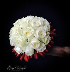 Bouquet da sposa realizzato con Rose e sottomazzo di Peperoncini. Rose Bouquet, Chili, Wedding Planner, Bridal, Flowers, Wedding Planer, Bouquet Of Roses, Chile, Chilis