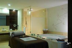"""Ванная комната вида """"спа"""" в наших сьютах категории Grand Class спроектирована так, чтобы вместить массажный стол. Кроме того, в ней расположена ванная с гидромассажем и дождевой душ.  http://rivieramaya.grandvelas.com/russian/"""