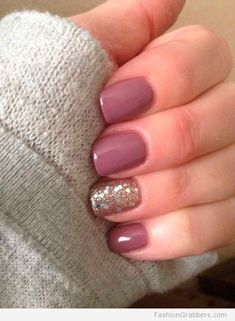 | Short mauve nails with a touch of gold |